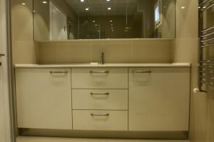 banyo_dolabi_beyaz_acrylic_blum_cekmeceli