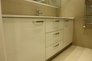banyo_dolabi_beyaz_acrylic_cekmeceli