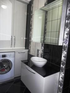 banyo dolabi beyaz acrylic siyah cam tezgah