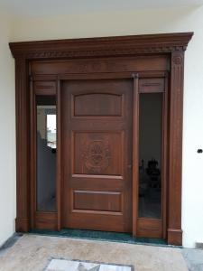 masif ahşap giriş kapısı.
