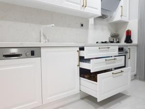 beyaz lake mutfak dolabı blum çekmece