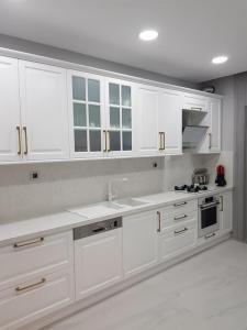 beyaz lake mutfak dolabı cimstone tezgah