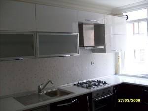 mutfak dolabi acrylic beyaz murdum blum aventos hf alüminyum kapakli laminat tezgah