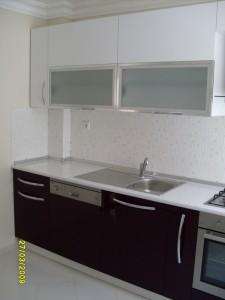 mutfak dolabi acrylic beyaz murdum blum aventos hf kapakli laminat tezgah