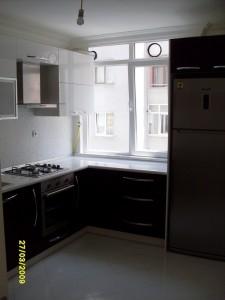 mutfak dolabi acrylic murdum beyaz blum aventos hf alüminyum kapakli laminat tezgah