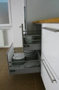 mutfak_dolabi_beyaz_acrylic_blum_cekmeceli