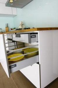 mutfak_dolabi_beyaz_acrylic_blum_cekmeceli_masif_mes_tezgah