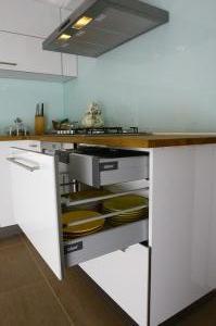 mutfak_dolabi_beyaz_acrylic_blum_cekmeceli_masif_tezgah