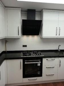 mutfak_dolabi_beyaz_acrylic_siyah_tezgah