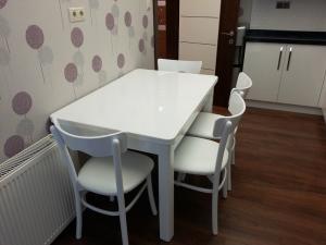 parlak beyaz masa