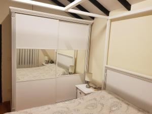 yatak odası sürgülü dolap lake beyaz